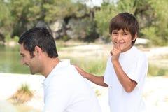 Het spelen van de jongen met zijn papa stock afbeeldingen