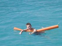 Het spelen van de jongen in oceaan Royalty-vrije Stock Afbeelding