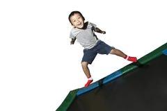 Het spelen van de jongen op een trampoline Royalty-vrije Stock Afbeeldingen