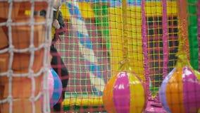 Het spelen van de jongen op de speelplaats stock footage