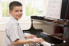 Het Spelen van de jongen Piano Stock Foto's