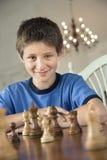 Het spelen van de jongen schaak. stock afbeeldingen
