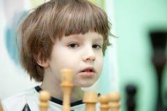 Het spelen van de jongen schaak Stock Afbeelding