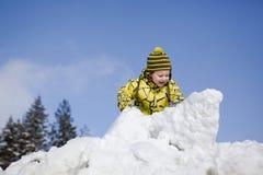 Het spelen van de jongen in sneeuw Royalty-vrije Stock Foto