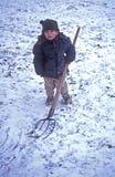 Het spelen van de jongen in sneeuw Stock Afbeelding