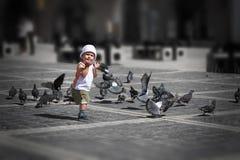 Het spelen van de jongen in stadscentrum Royalty-vrije Stock Foto's