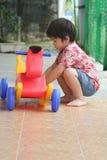 Het spelen van de jongen stuk speelgoed paard Stock Foto