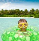 Het spelen van de jongen in tropische oceaan stock afbeelding