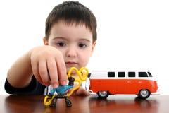 Het Spelen van de Jongen van de peuter met Speelgoed stock foto's