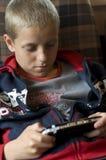 Het spelen van de jongen videospelletje stock afbeelding
