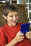 Het spelen van de jongen videospelletje. Stock Foto's