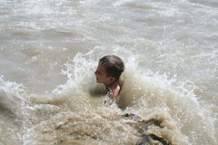 Het Spelen van de jongen in Water Stock Foto's
