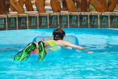 Het spelen van de jongen in zwembad Royalty-vrije Stock Afbeelding