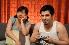 Het spelen van de kerel videospelletjes Stock Fotografie