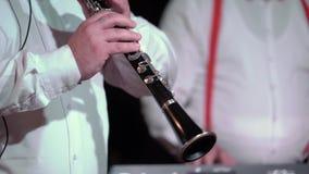 Het spelen van de mens fluit stock video