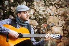 Het spelen van de mens gitaar Royalty-vrije Stock Foto