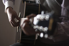 Het spelen van de mens gitaar Royalty-vrije Stock Afbeelding