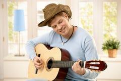 Het spelen van de mens gitaar Stock Foto's