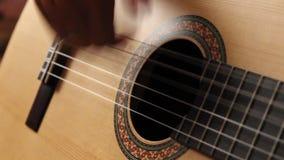 Het spelen van de mens gitaar