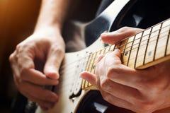 Het spelen van de mens gitaar De mening van de close-up stock afbeeldingen