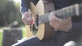 Het spelen van de mens gitaar in openlucht stock video