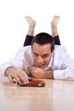 Het spelen van de mens met stuk speelgoed auto Stock Foto