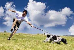 Het spelen van de mens met zijn hond royalty-vrije stock foto