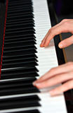 Het spelen van de mens op piano stock afbeelding