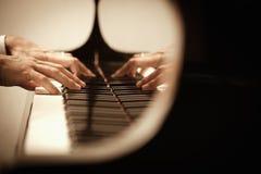 Het spelen van de mens piano Stock Foto