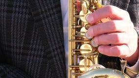 Het spelen van de mens saxofoon stock footage