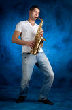 Het spelen van de mens saxofoon Stock Fotografie
