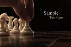 Het spelen van de mens schaak Stock Foto