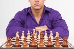 Het spelen van de mens schaak op witte achtergrond Stock Foto's