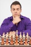 Het spelen van de mens schaak op witte achtergrond Royalty-vrije Stock Afbeeldingen
