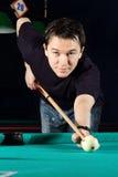 Het spelen van de mens snooker. royalty-vrije stock foto