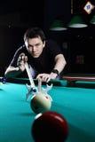 Het spelen van de mens snooker. royalty-vrije stock afbeeldingen