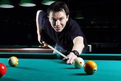 Het spelen van de mens snooker. stock foto's