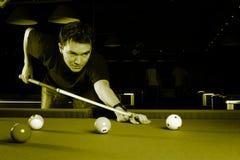 Het spelen van de mens snooker. stock afbeeldingen