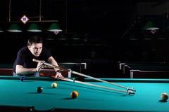 Het spelen van de mens snooker. royalty-vrije stock foto's