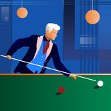 Het spelen van de mens snooker in de donkere club Royalty-vrije Stock Foto