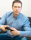 Het spelen van de mens videospelletje stock afbeeldingen