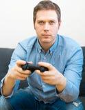 Het spelen van de mens videospelletje royalty-vrije stock foto