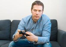Het spelen van de mens videospelletje royalty-vrije stock foto's