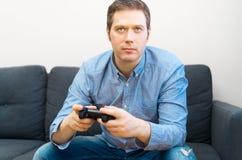 Het spelen van de mens videospelletje stock fotografie