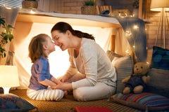 Het spelen van de moeder en van de dochter in tent stock afbeelding