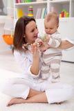 Het spelen van de moeder en van de baby Stock Foto's