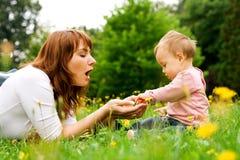 Het spelen van de moeder en van de baby royalty-vrije stock afbeeldingen