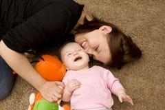 Het spelen van de moeder en van de baby in huis Royalty-vrije Stock Afbeelding