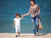 Het spelen van de moeder en van de dochter Stock Fotografie