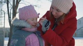 Het Spelen van de moeder en van de Dochter in de Sneeuw stock footage